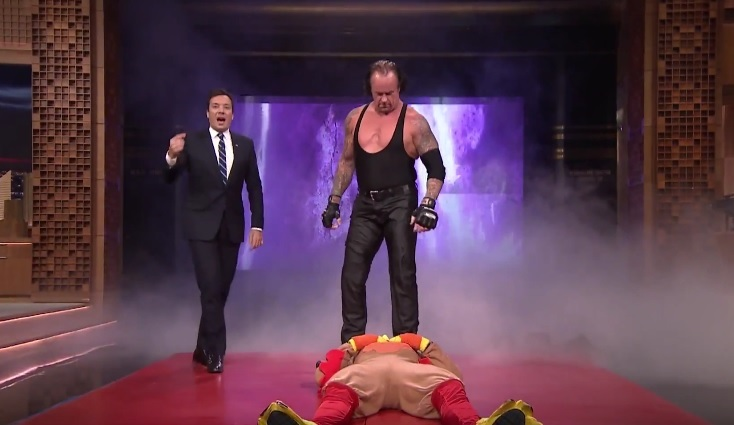 O Undertaker έκανε tombstone σε τύπο ντυμένο γαλοπούλα - Roxx.gr