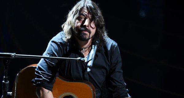 Έδωσε ρέστα ο Dave Grohl στα όσκαρ τραγουδώντας για αυτούς που μας άφησαν τον χρόνο που πέρασε - Roxx.gr