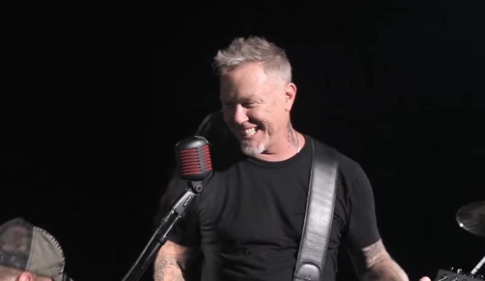 Ο James Hetfield την ώρα που κάνει τα μπάνια του στη Μύκονο! - Roxx.gr