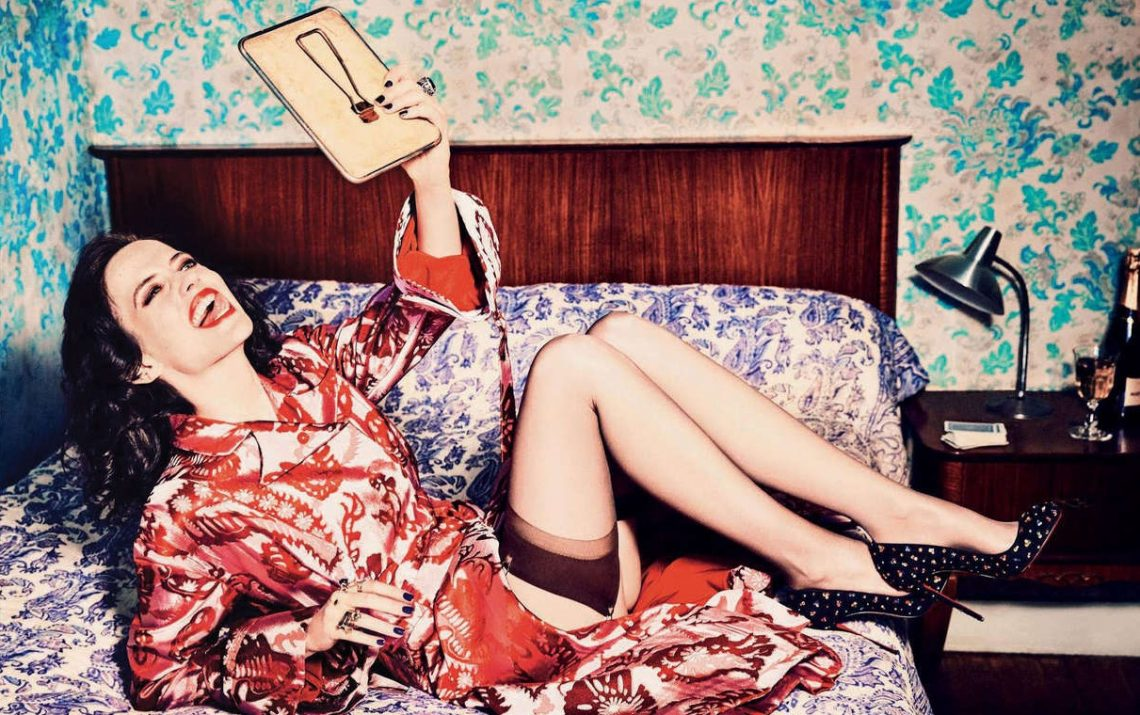 Η  Eva Green βγάζει γλώσσα στη νέα της φωτογράφιση - Roxx.gr