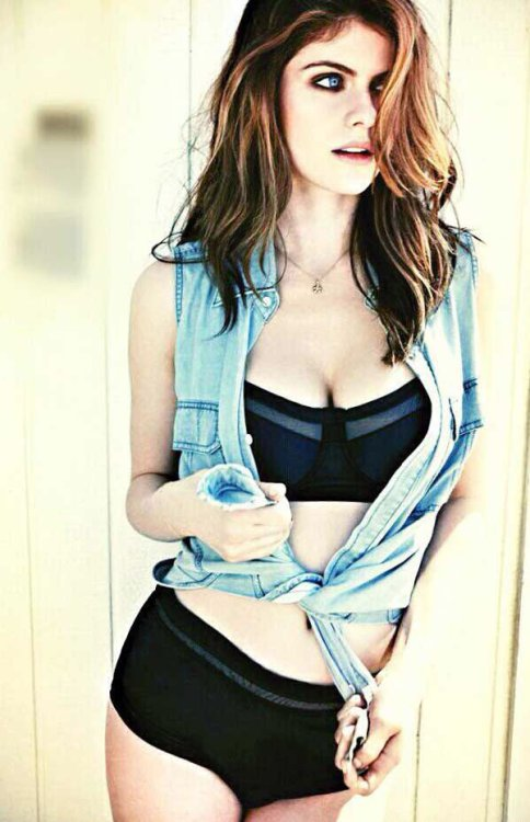 alexandra-daddario-hottest-photos-17