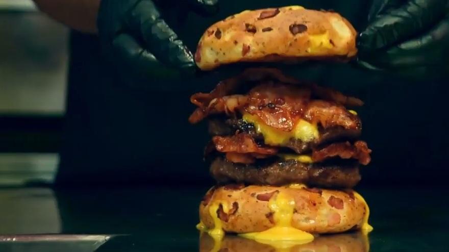 ΧΑΜΟΣ: Το burger των Metallica από τα ΜΠΑΡ ΜΠΕΕ ΚΙΟΥ είναι εδώ και φαίνεται διαολεμένα νόστιμο - Roxx.gr