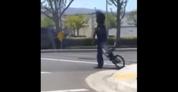 Μικρός θεούλης κάνει τρελό headbanging πάνω σε ποδήλατο! - Roxx.gr