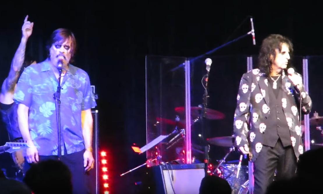 Θεούλης Jim Carrey ανέβηκε στη σκηνή με τον Alice Cooper και είπαν μαζί δύο τραγούδια - Roxx.gr