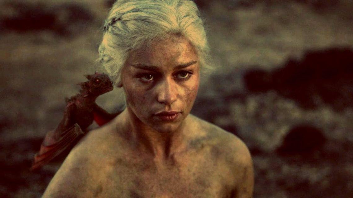 Ανατριχιαστικό: Γυναίκα βγαίνει ζωντανή και γυμνή μέσα από τη φωτιά με δύο δράκους στα χέρια - Roxx.gr