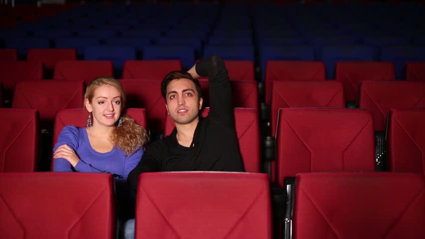 Θεούλης κάνει μήνυση στη γυναίκα που βγήκε ραντεβού επειδή έστελνε μηνύματα στον κινηματογράφο - Roxx.gr