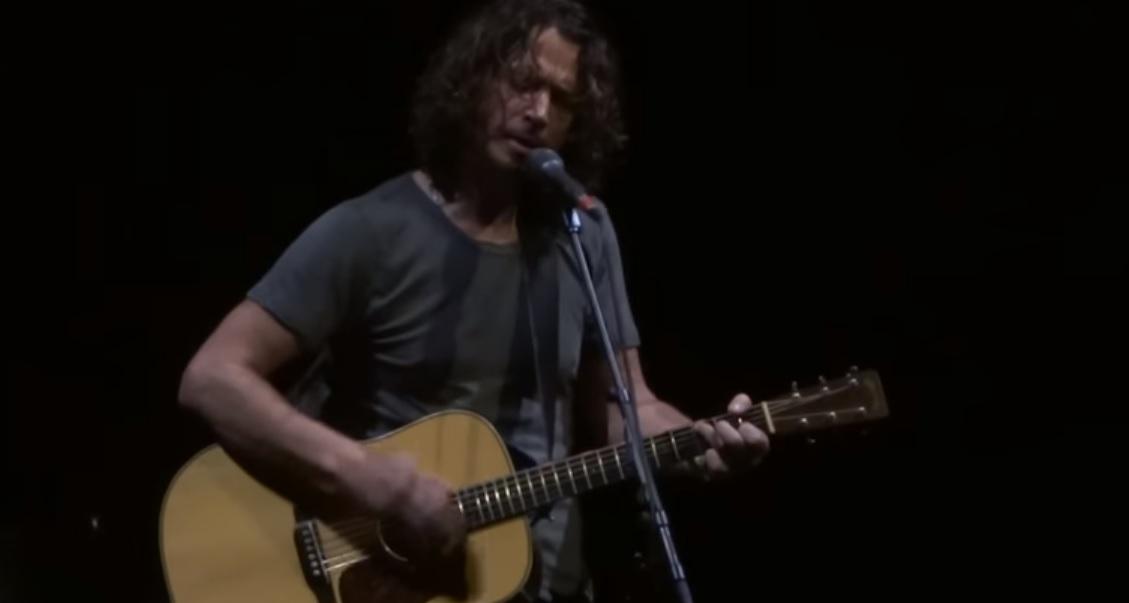 Ήταν τεράστιος: Όταν ο Chris Cornell έπαιζε το One των U2 με στίxους από το One των Metallica - Roxx.gr