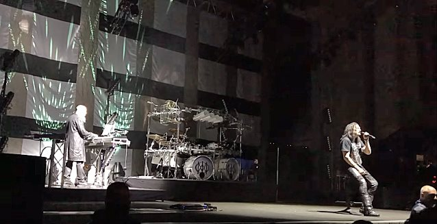 Ο James LaBrie ξέχασε τους στίχους του Black Hole Sun στο tribute των Dream Theater στον Chris Cornell - Roxx.gr