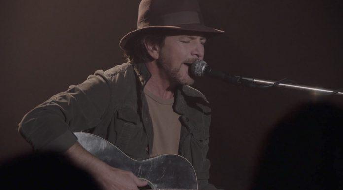 Ο Eddie Vedder μοίρασε ανατριχίλες με την ερμηνεία του στο επεισόδιο του Twin Peaks - Roxx.gr