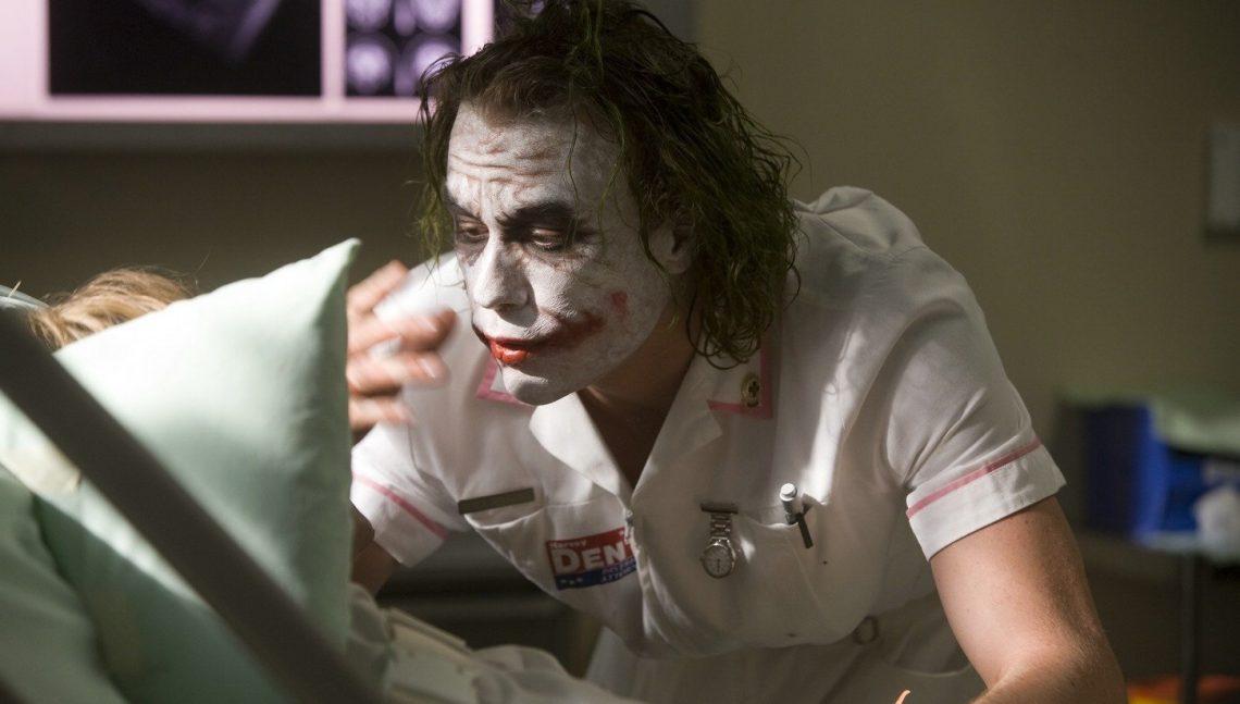 Τόσα χρόνια δεν είχαμε προσέξει μία… αστεία λεπτομέρεια για τον Joker στο Dark Knight! - Roxx.gr