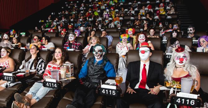 Ένας κινηματογράφος γεμάτος με… ανατριχιαστικούς κλόουν για ειδική προβολή του ΙΤ - Roxx.gr