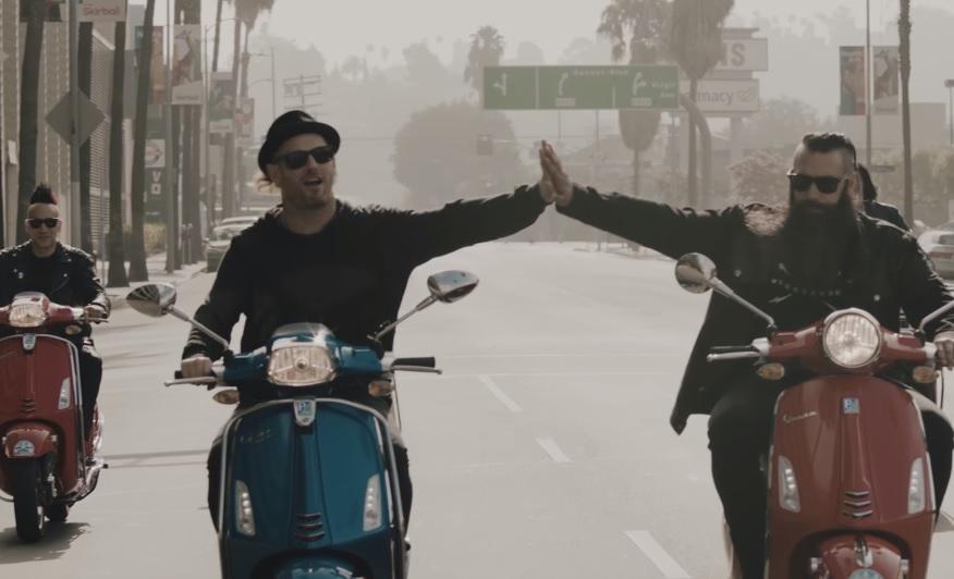 O Corey Taylor ξέρει από βέσπα στο νέο βίντεο των Stone Sour - Roxx.gr