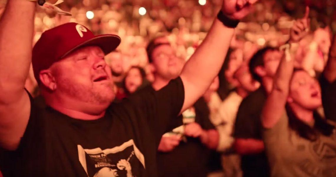 Το κοινό ανέλαβε τα φωνητικά του Chester στα δύο γνωστότερα τραγούδια τους - Roxx.gr