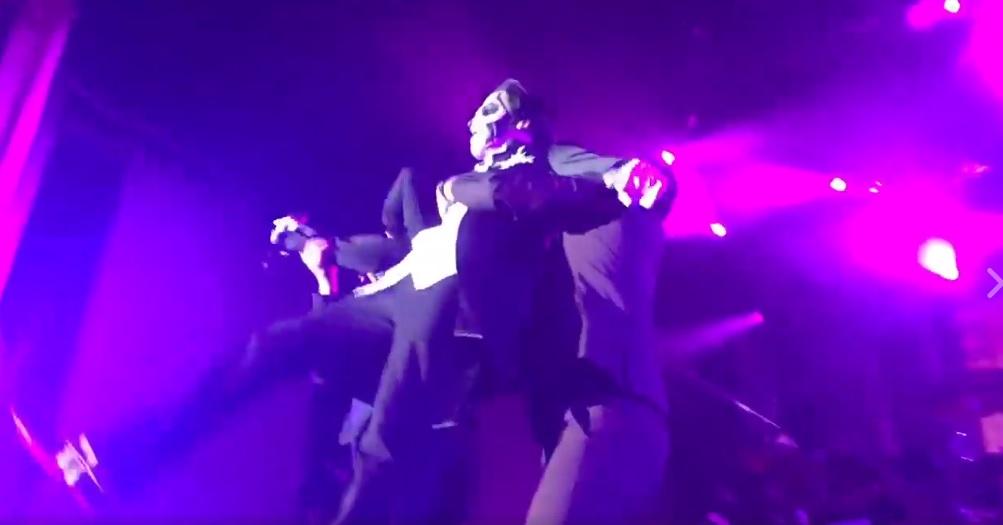 «Τελείωσαν» πάνω στη σκηνή τον τραγουδιστή τους οι Ghost – Ανέλαβε ήδη ο… διάδοχος - Roxx.gr