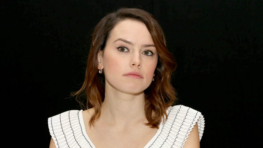 Άναψε φωτιές η πρωταγωνίστρια του Star Wars με το βαθύ ντεκολτέ της - Roxx.gr