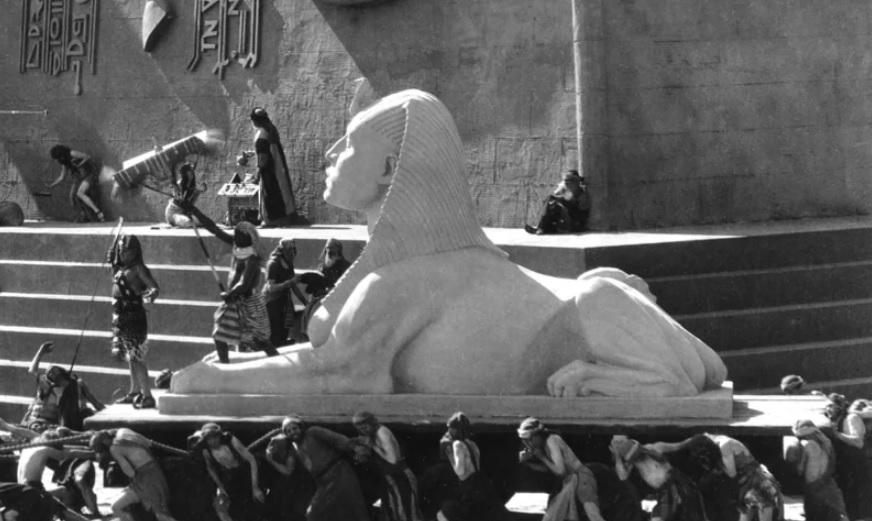 Αρχαιολόγοι βρήκαν θαμμένο το άθικτο κεφάλι σφιγγας από ταινία του 1923 - Roxx.gr