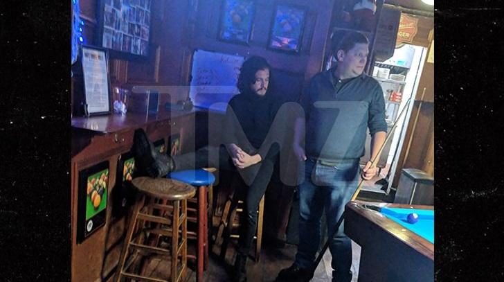 Τύφλα στο μεθύσι ο Τζον Σνόου ήθελε να παίξει μπιλιάρδο αλλά τον έβγαλαν έξω από το μπαρ! - Roxx.gr