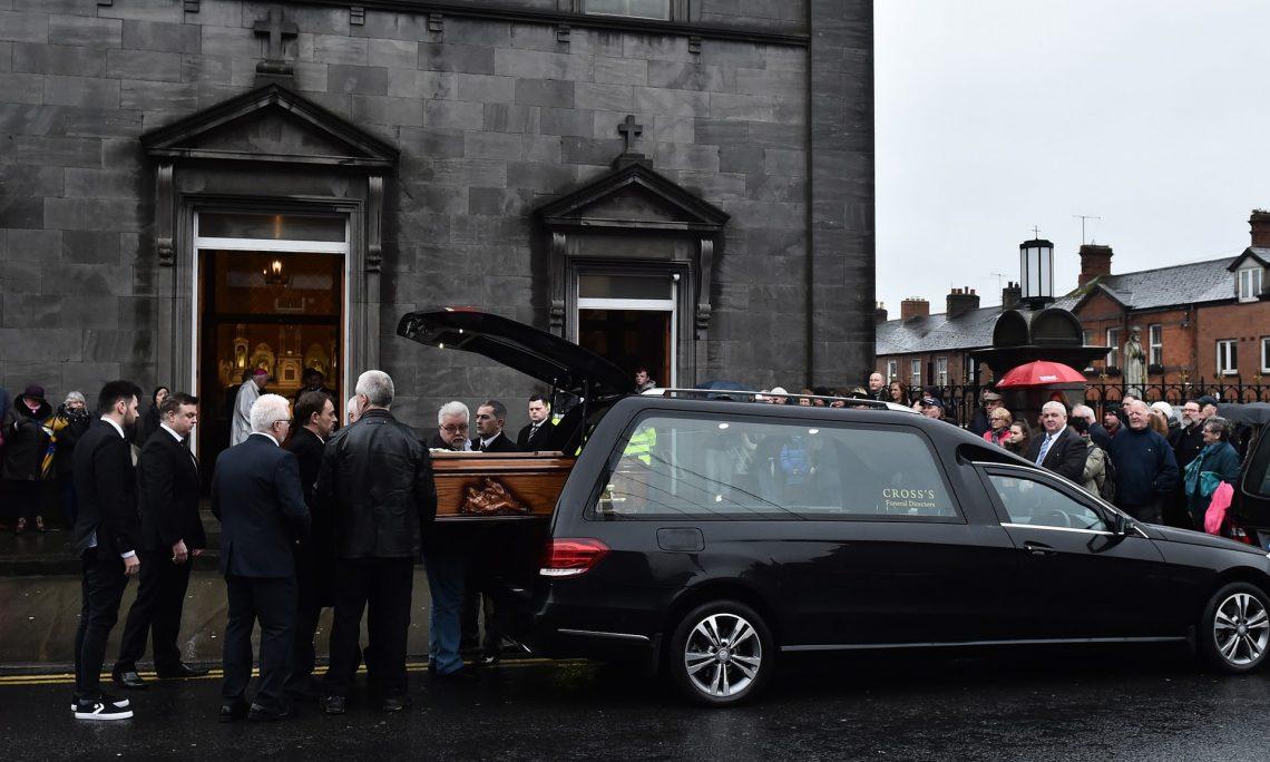 Χιλιάδες άνθρωποι είπαν αντίο στην Dolores O' Riordan στην Ιρλανδία - Roxx.gr