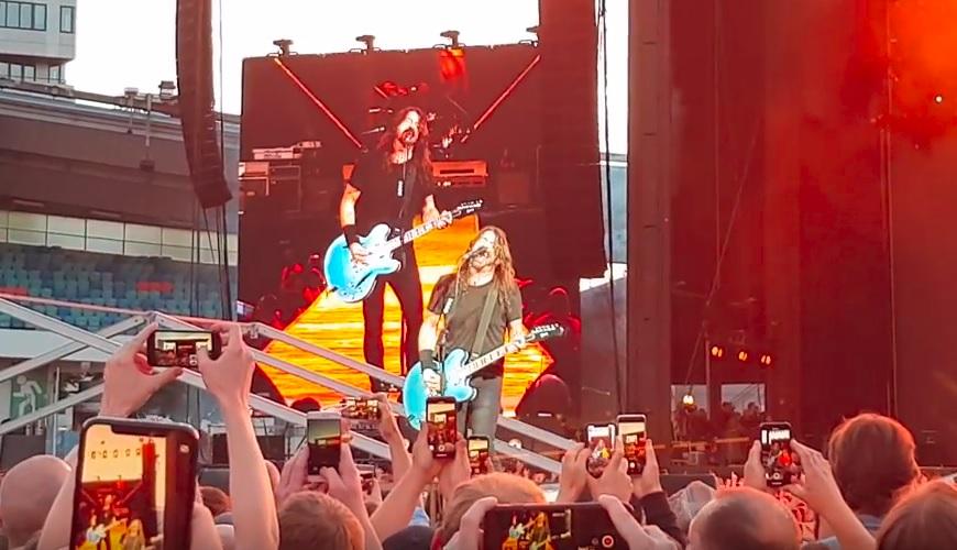 Μεγάλο τρολάρισμα των Foo Fighters στη Σουηδία με σωσία και αναπαράσταση πτώσης! - Roxx.gr