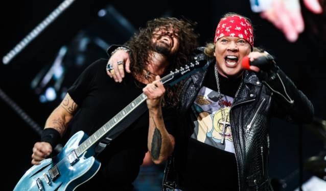 Χαμός στην Ιταλία: Foo Fighters και Guns N' Roses μαζί στη σκηνή για το It's So Easy - Roxx.gr
