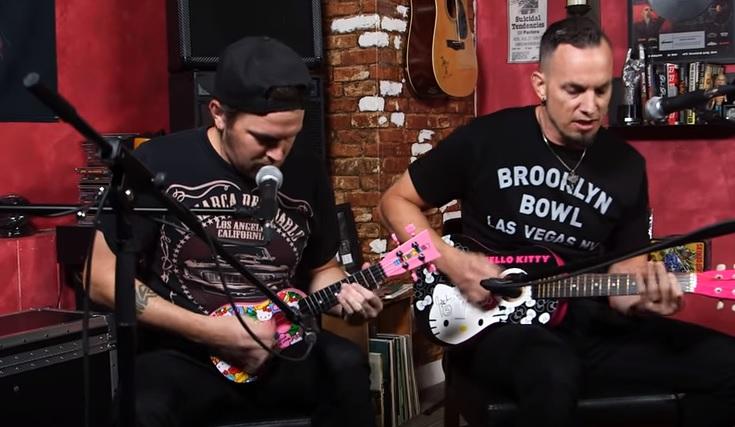 O Tremonti παίζει Metallica σε κιθάρα Hello Kitty! - Roxx.gr