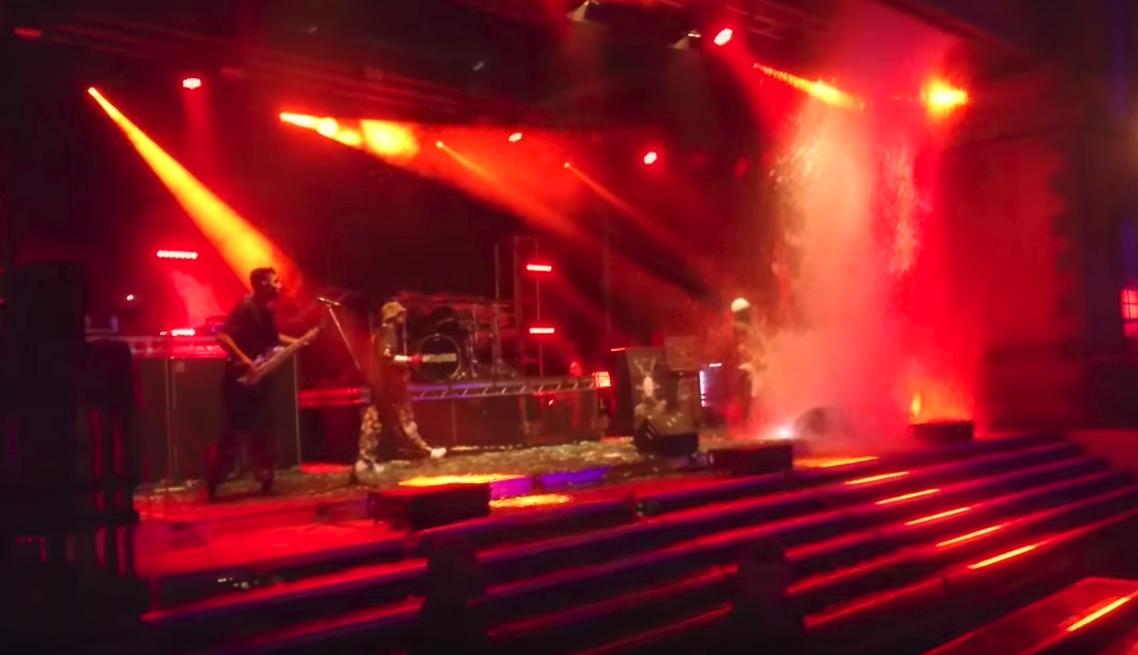 Έπεσε το ταβάνι πάνω στη σκηνή σε συναυλία των Limp Bizkit - Roxx.gr