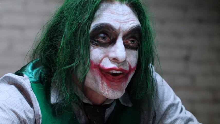 Ο θεούλης Tommy Wiseau μεταμφιέζεται ξανά σε Joker για την θρυλική σκηνή του Dark Knight - Roxx.gr