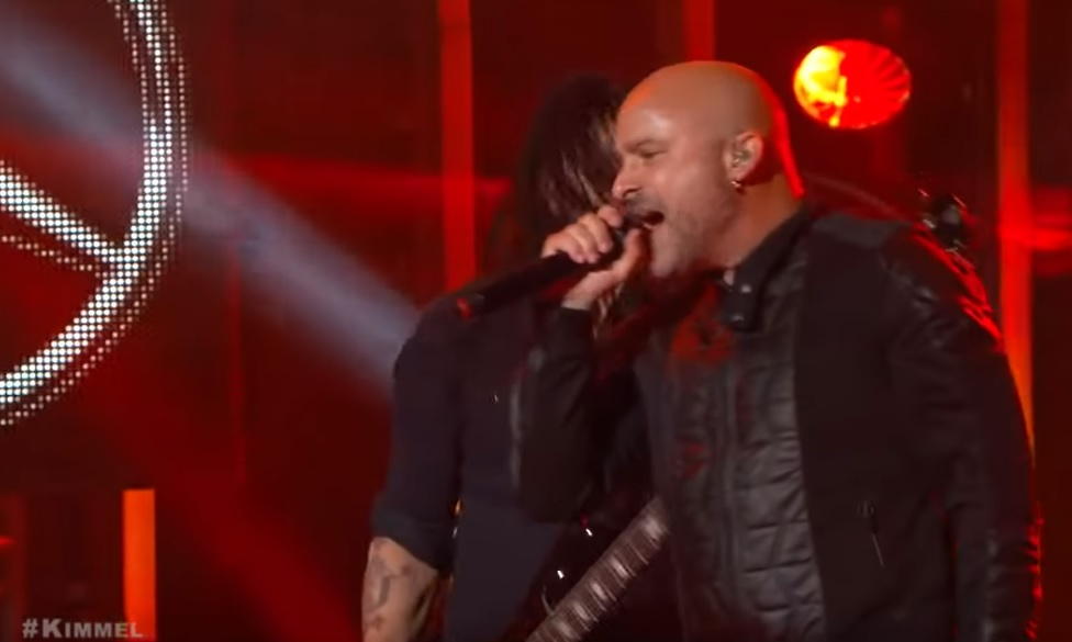 Ο τραγουδιστής των Disturbed… έσωσε γυναίκα από το mosh pit - Roxx.gr