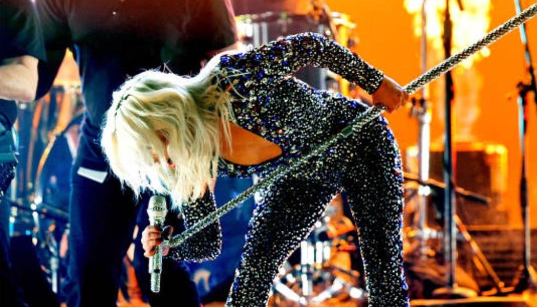 Hard rock εμφάνιση από τη Lady Gaga στα βραβεία Grammy - Roxx.gr