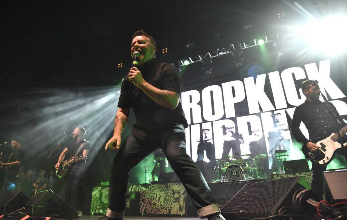 Ξύλο με οπαδό έπαιξε ο τραγουδιστής των Dropkick Murphys – Επέστρεψε ματωμένος στη σκηνή - Roxx.gr