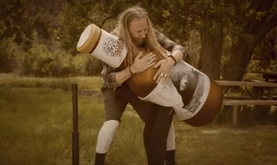 Λίγο πριν έρθουν στην Ελλάδα οι Alice in Chains κυκλοφορούν νέο βίντεο με τον άνθρωπο-μπύρα! - Roxx.gr