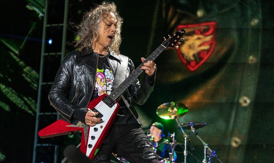 Γλίστρησε στο πετάλι του και έπεσε πάνω στη σκηνή ο Kirk Hammett την ώρα του solo - Roxx.gr
