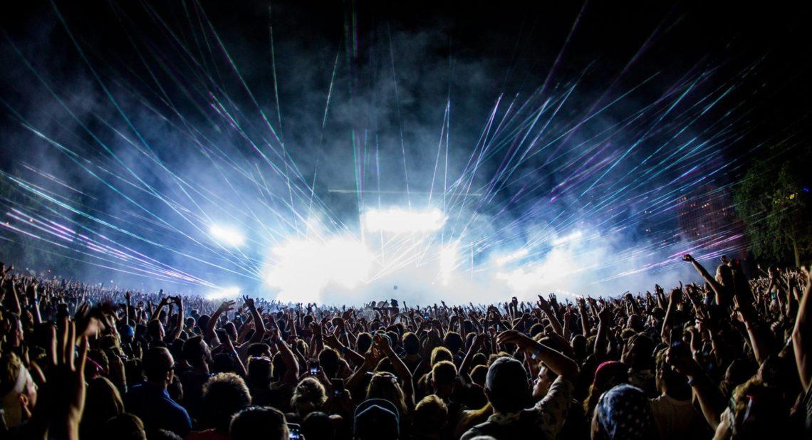 Μην είσαι μαλάκας: Μην πετάς μπουκάλια στις συναυλίες - Roxx.gr