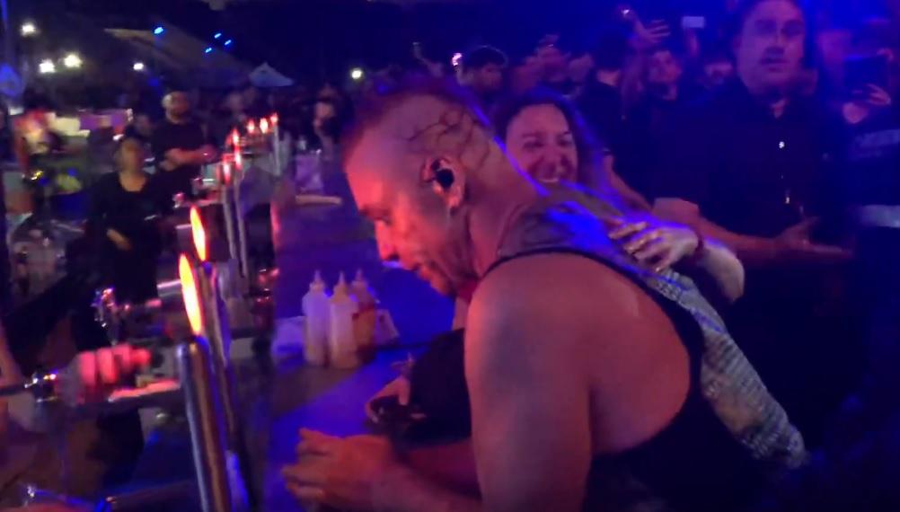 Ο τραγουδιστής των Rammstein κατέβηκε για μπύρα στο μπαρ την ώρα της συναυλίας - Roxx.gr