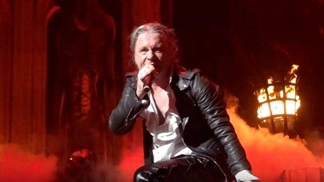 Δέκα σεκιουριτάδες πλάκωσαν οπαδό των Iron Maiden – Χοντρό κράξιμο απο Dickinson - Roxx.gr