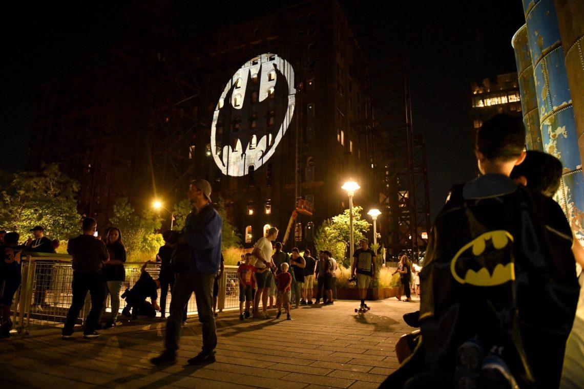 Το σήμα του Batman εμφανίστηκε σε 13 πόλεις για τα 80 του χρόνια - Roxx.gr