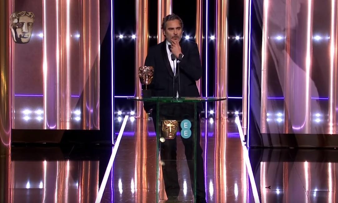 «Πέσιμο» του Γιοακίν Φίνιξ στη Βρετανική ακαδημία όταν βραβεύθηκε για το Joker - Roxx.gr