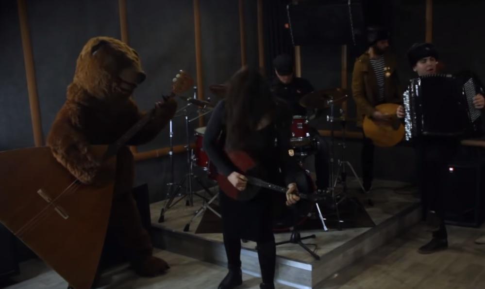 Αυτή η ρώσικη διασκευή σε τραγούδι του Serj Tankian έχει και… αρκούδα! - Roxx.gr
