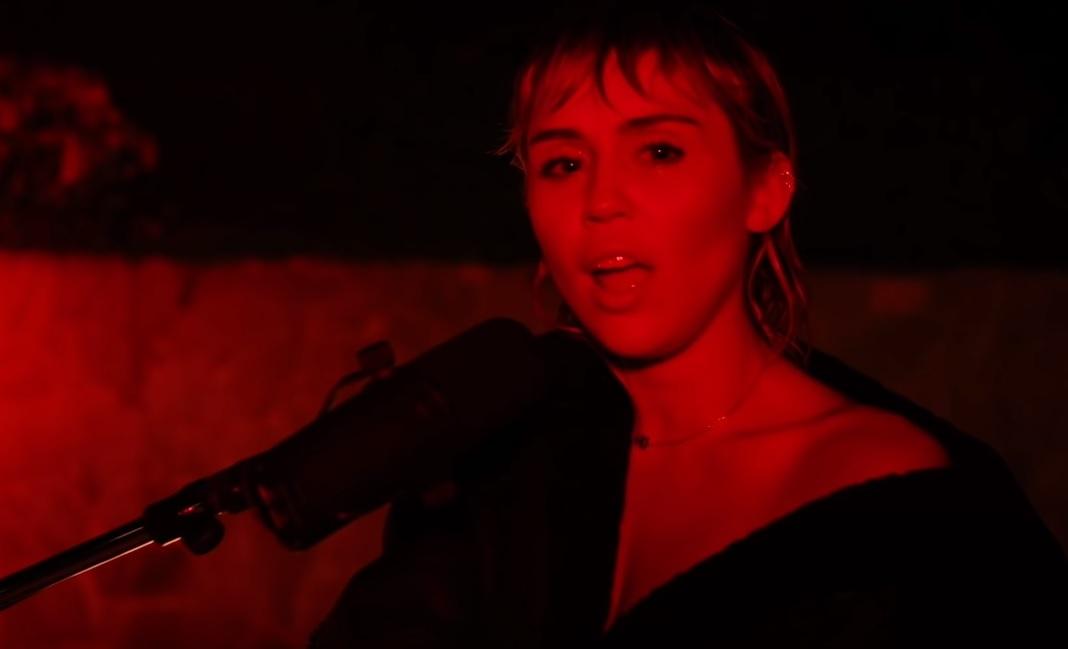 Η Miley Cyrus τραγούδησε Pink Floyd στο SNL! - Roxx.gr