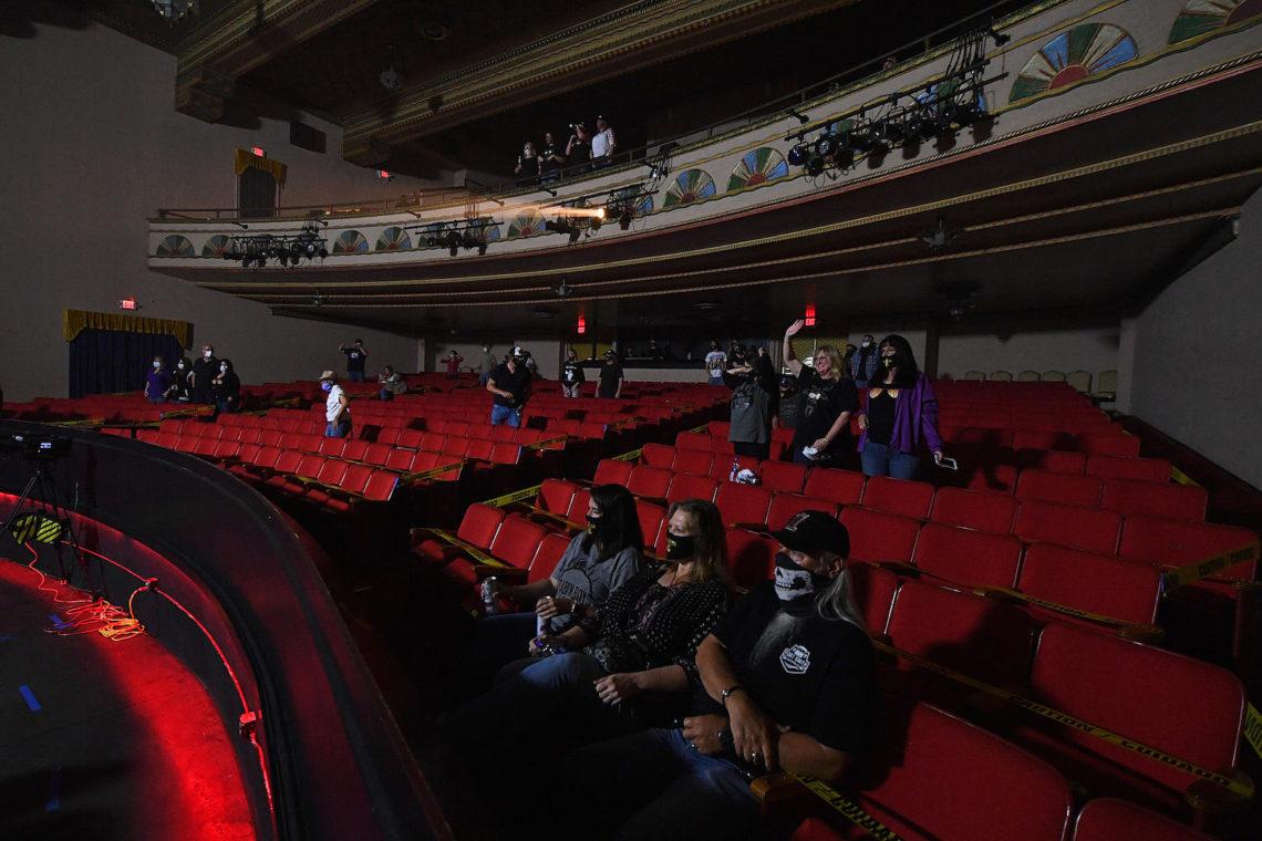 Κενά στα καθίσματα και αυστηρά μέτρα: εικόνες από την πρώτη συναυλία στην εποχή της πανδημίας - Roxx.gr