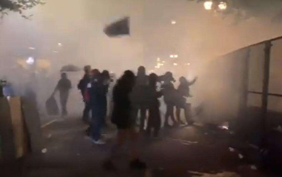 Διαδηλωτές φώναζαν στίχους από το Killing in the Name of σε αστυνομικούς - Roxx.gr