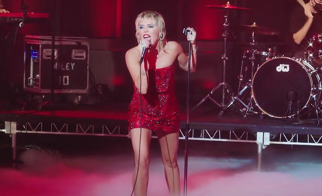 H Miley Cyrus είναι ότι πιο ροκ κυκλοφορεί στο mainstream της Αμερικής αυτή τη στιγμή - Roxx.gr
