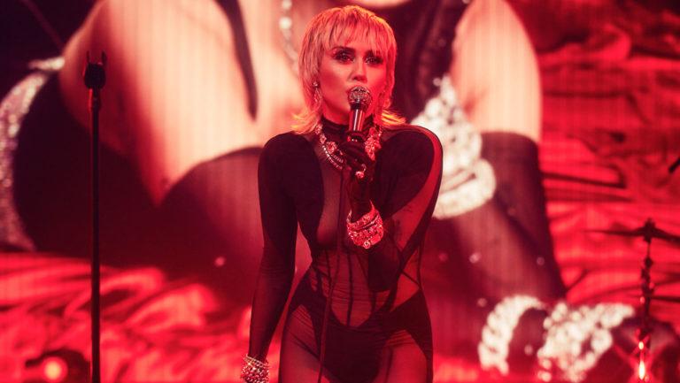 Διασκευή στους Metallica ετοιμάζει η Miley Cyrus - Roxx.gr