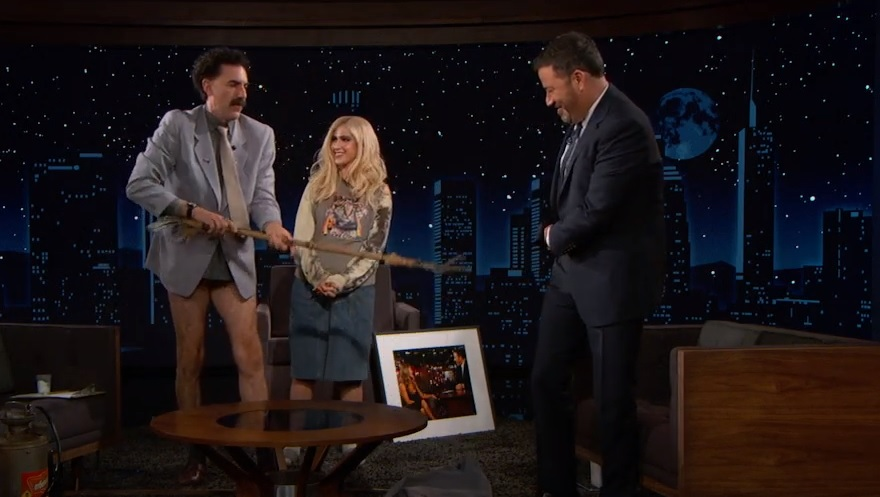 Ο Borat έκανε «ντου» στην εκπομπή του Jimmy Kimmel και του πήρε το παντελόνι - Roxx.gr