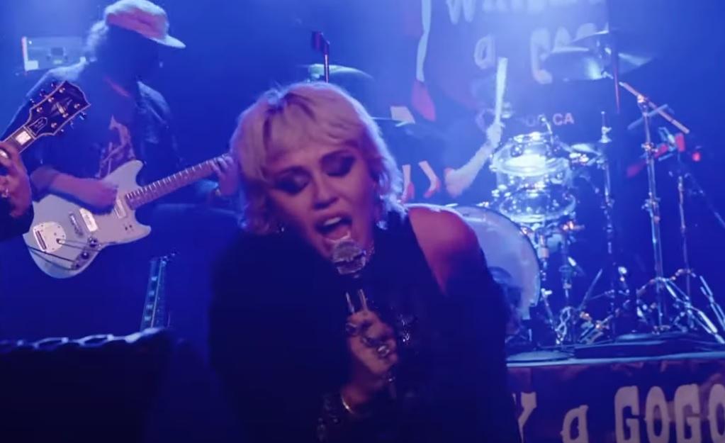 Η Miley Cyrus τραγουδάει ζωντανά το Zombie των Cranberries - Roxx.gr