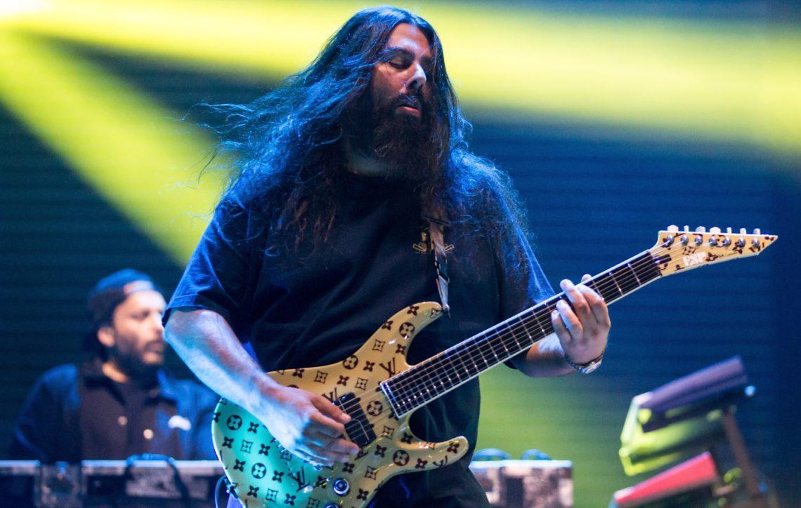 O κιθαρίστας των Deftones πιστεύει ότι η γη είναι επίπεδη, ο κορωνοϊός φάρσα και όλοι ζούμε  στο Matrix - Roxx.gr