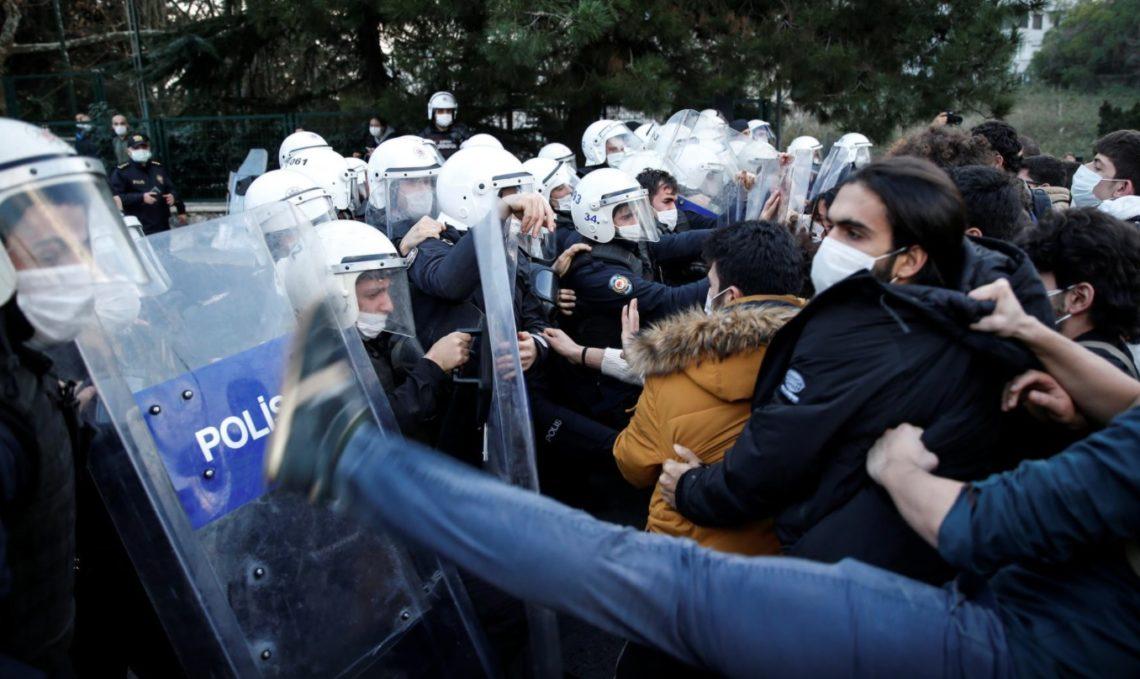 Έβαλαν Metallica για να διαμαρτυρήθουν για Πρύτανη που «φύτεψε» ο Ερντογάν - Roxx.gr
