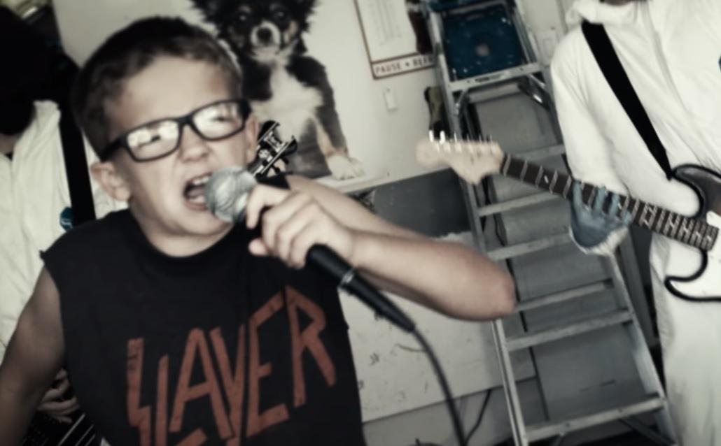 10χρονος δίνει ρέστα τραγουδώντας Rage Against the Machine με guest star 8χρονη - Roxx.gr