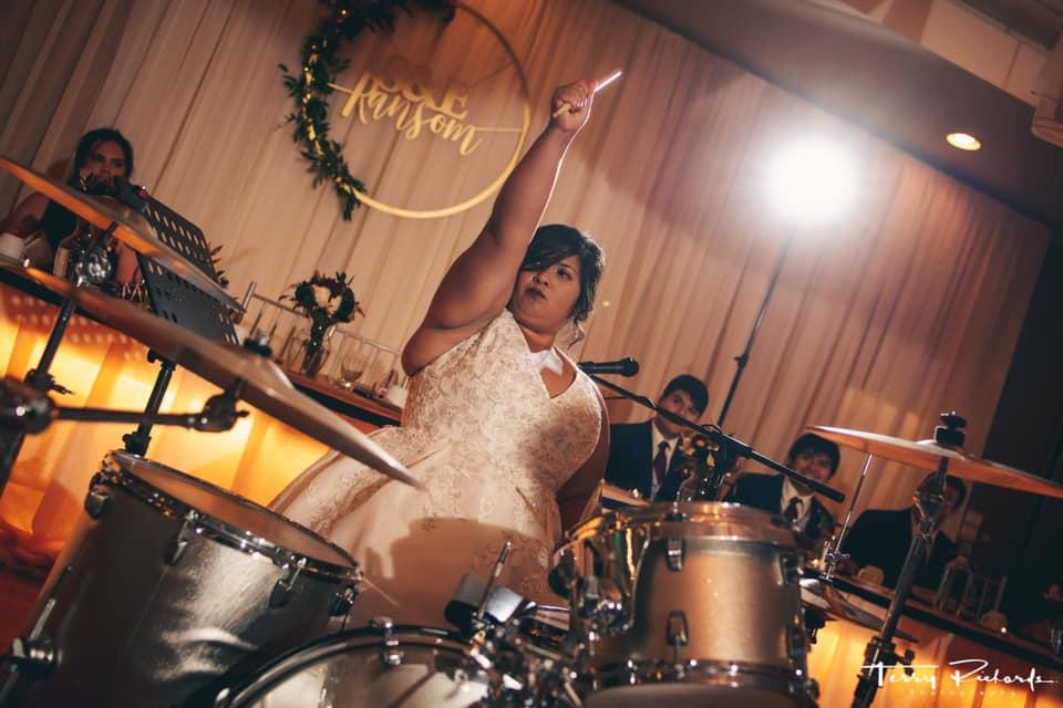 Νύφη κάνει καταπληκτικό σόλο στα ντραμς στο γλέντι του γάμου της - Roxx.gr