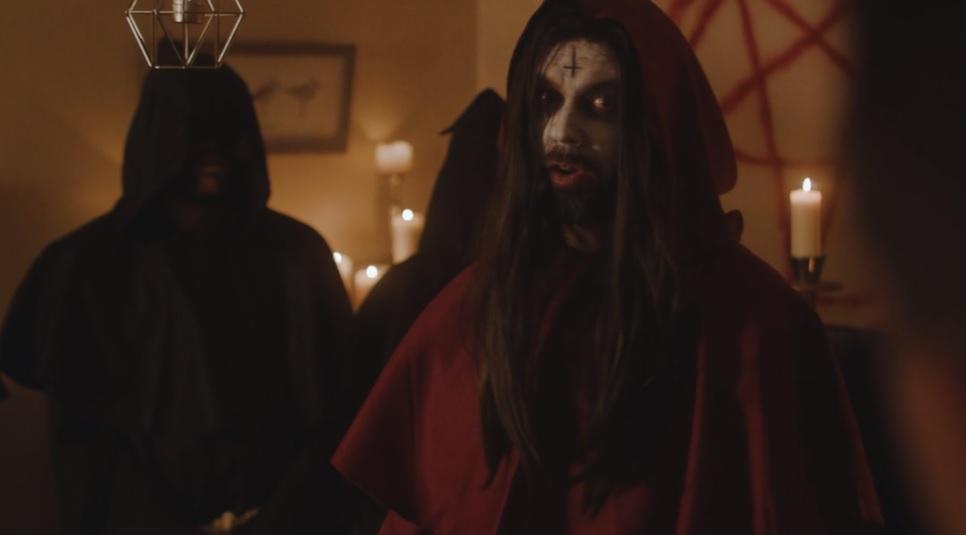 Να κλειδώνετε την πόρτα το βράδυ γιατί μπορεί να μπουν σατανιστές και θα κάνουν θυσίες στο σαλόνι σας - Roxx.gr